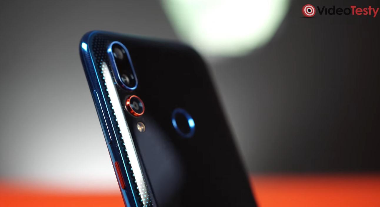 Aparaty z tyłu HTC Desire 19+ to odważny stylistycznie akcent