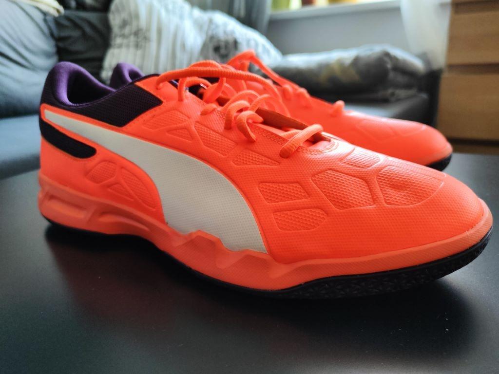realme GT podkręca kolory (te buty nie są krwiście pomarańczowe w rzeczywistości)