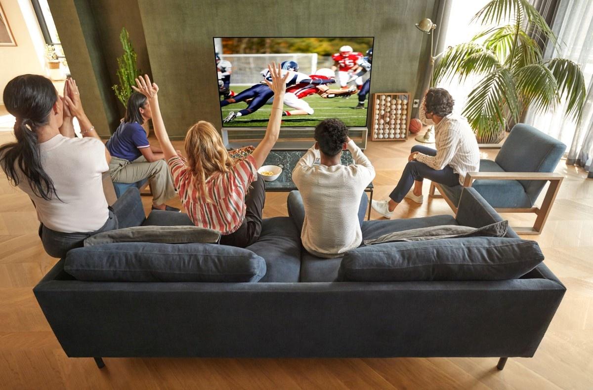 Ludzie oglądający sport na telewizorze LG 2020