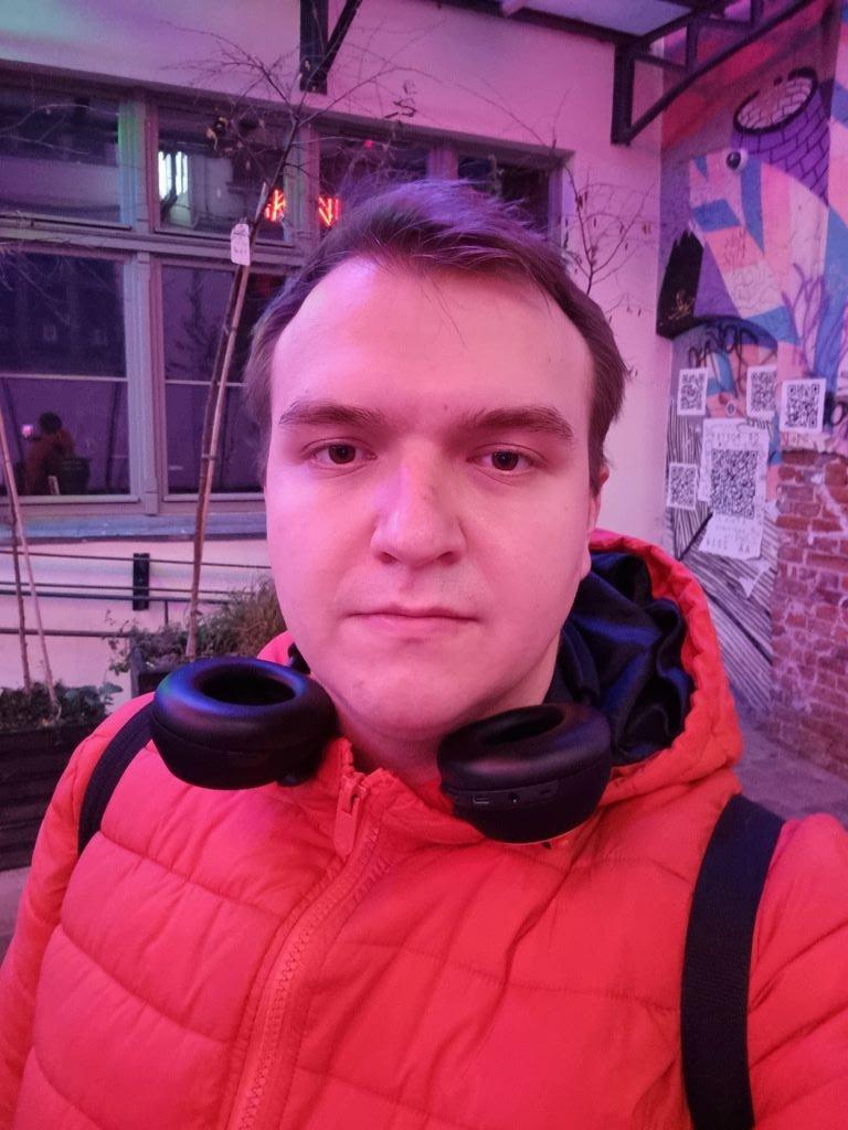 Selfie nocą w sztucznym oświetleniu