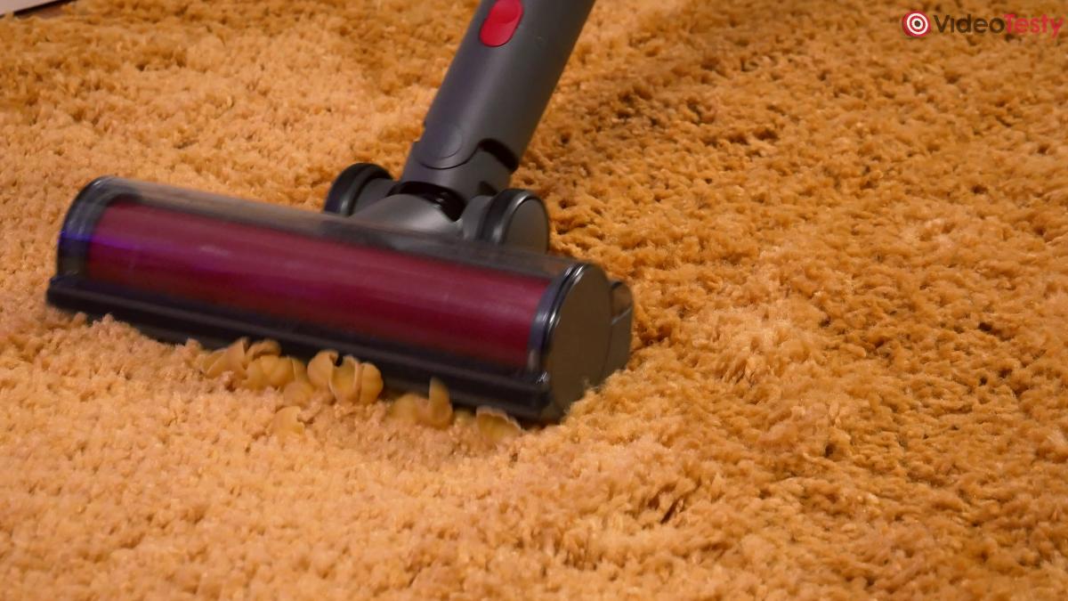 Roborock H7 zbierający muszle na dywanie