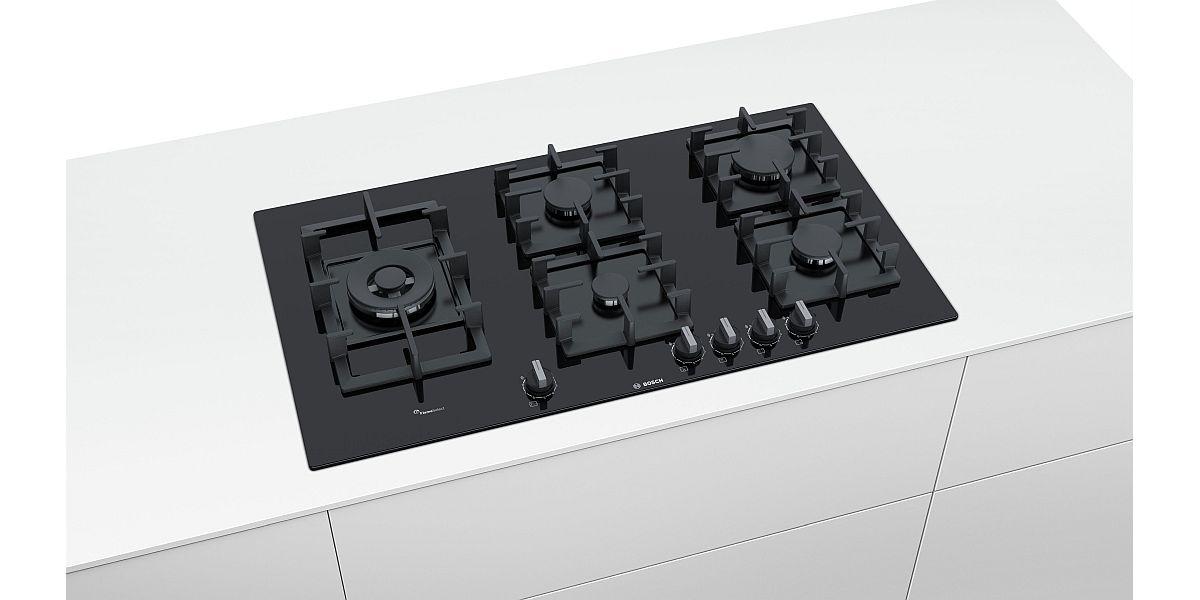 czarna płyta gazowa w zabudowie kuchennej
