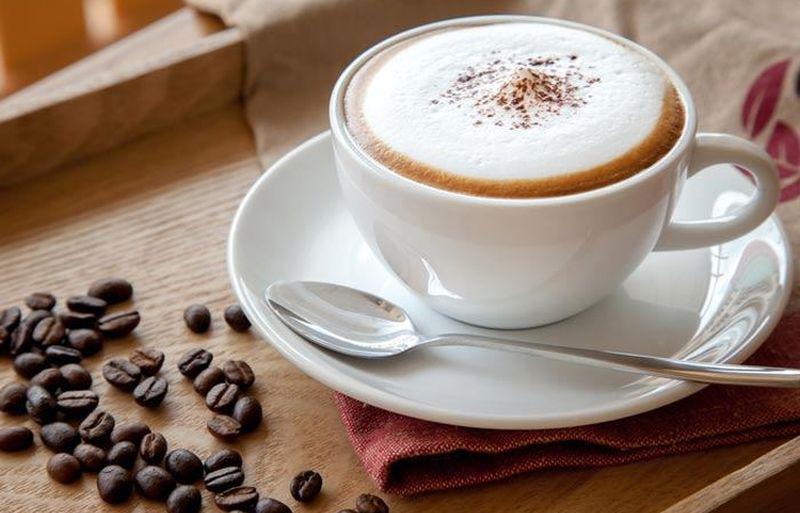 efektowna kawa latte z pianką