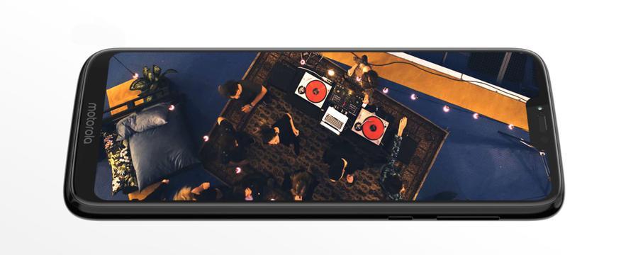 Motorola Moto G7 Power z przodu nie wyróżnia się szczególnie