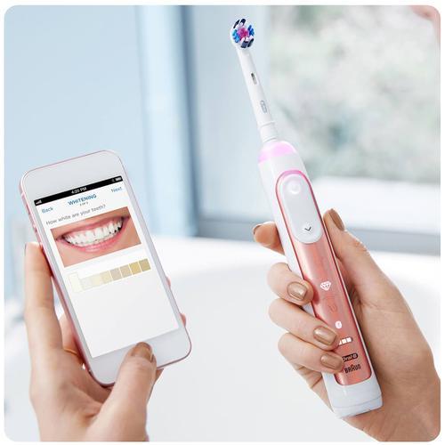szczoteczka do zębów i korzystanie z aplikacji mobilnej