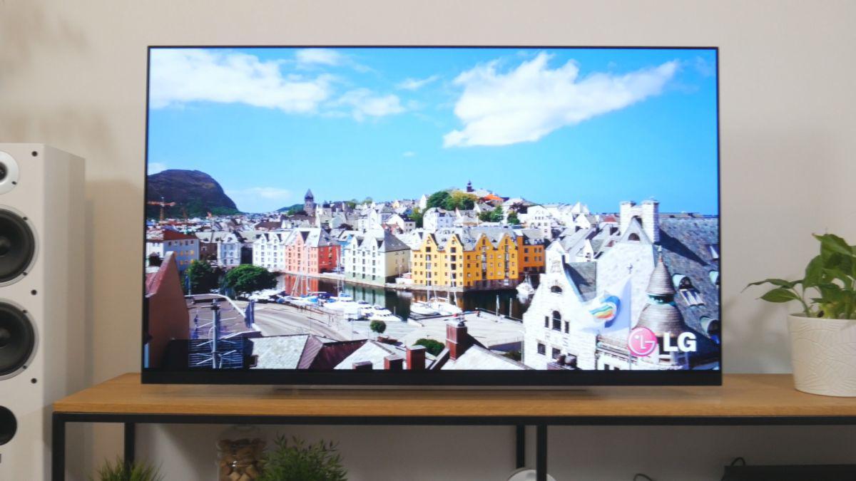 wielki LG OLED TV w salonie