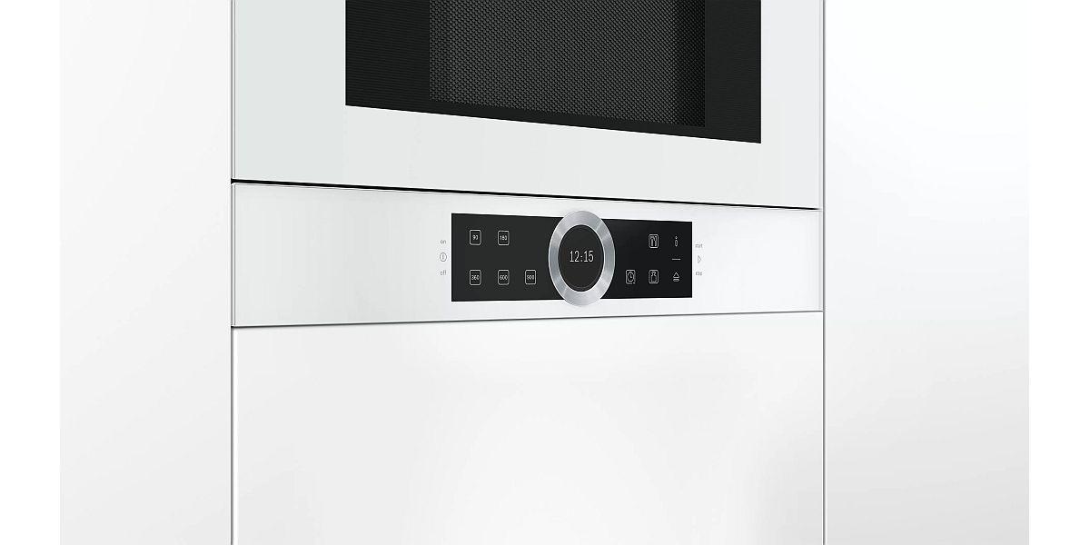 biala mikrofalówka w zabudowie Bosch