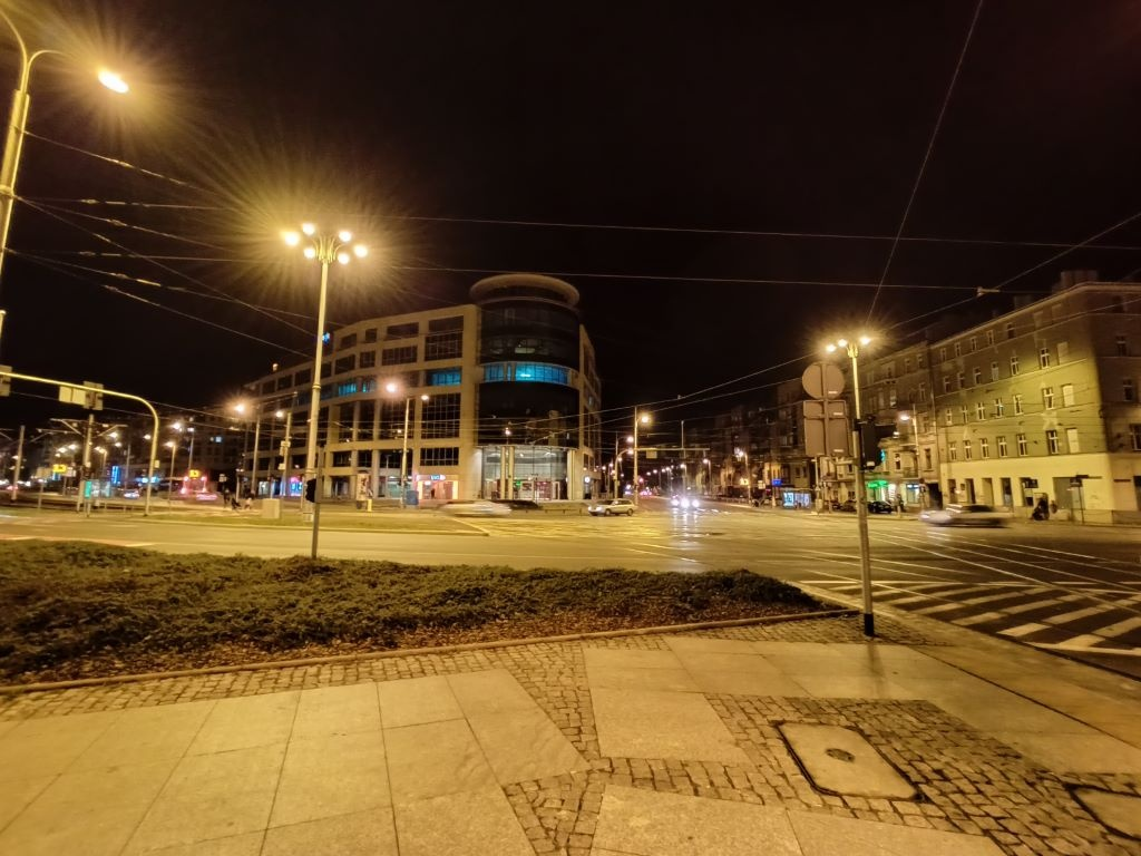 realme 7 - zdjęcie nocą z obiektywu ultraszerokokątnego