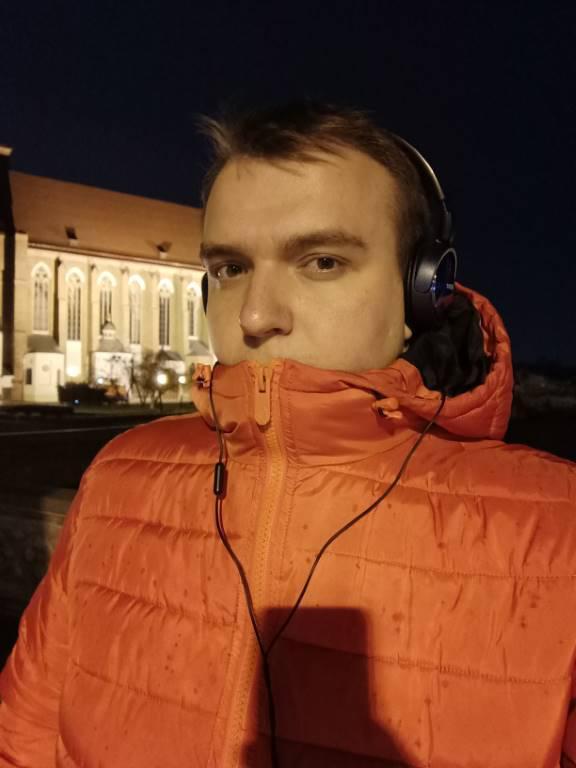 Oppo Reno Z - selfie w nocnym oświetleniu