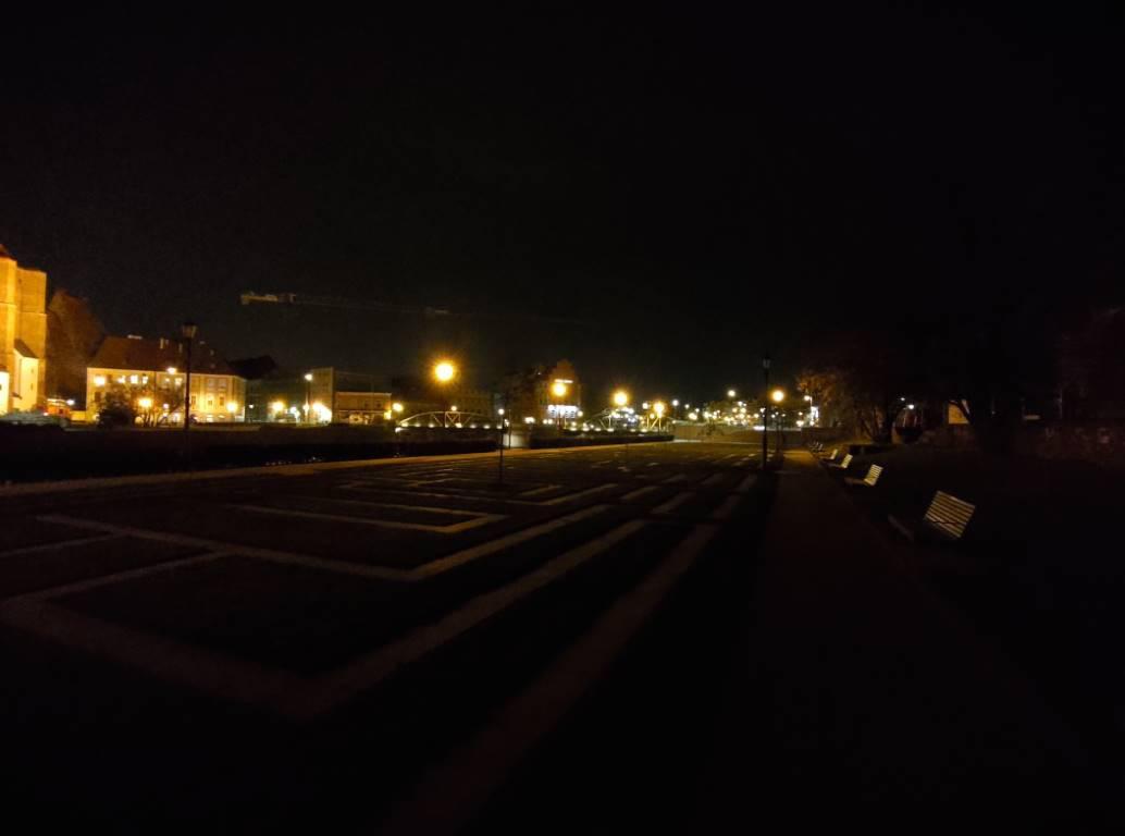 Asus ROG PHONE II - obiektyw szerokokątny nocą