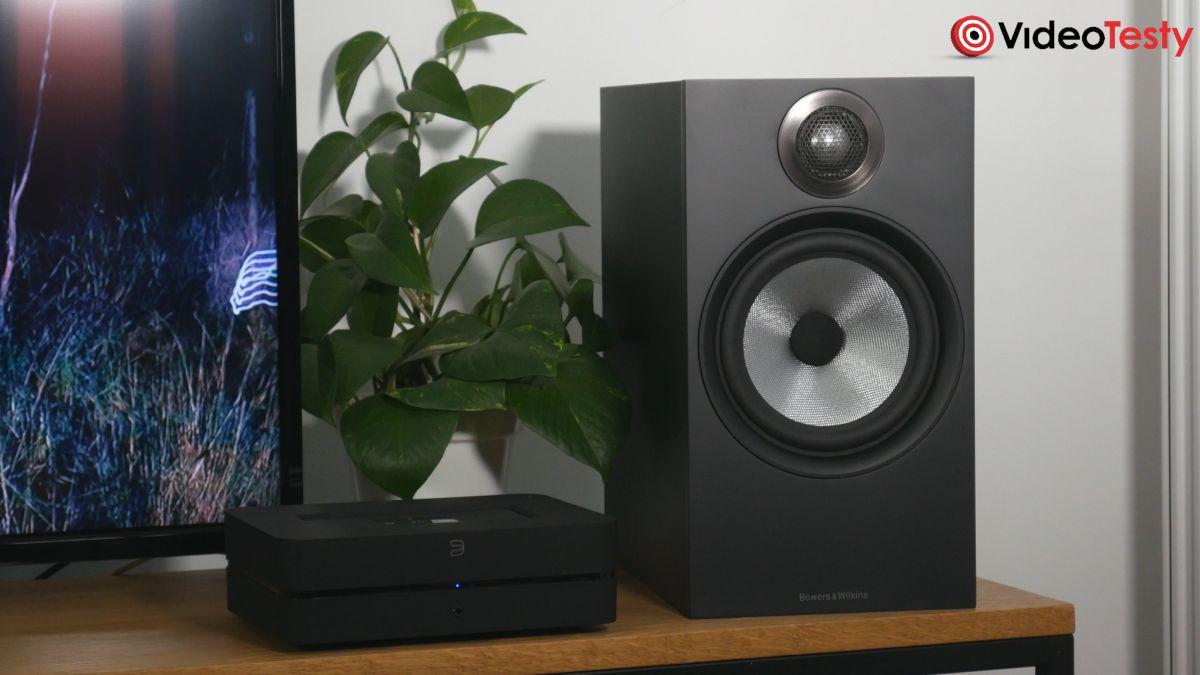 Głośnik Bowers & Wilkins 606 i wzmacniacz stereo obok