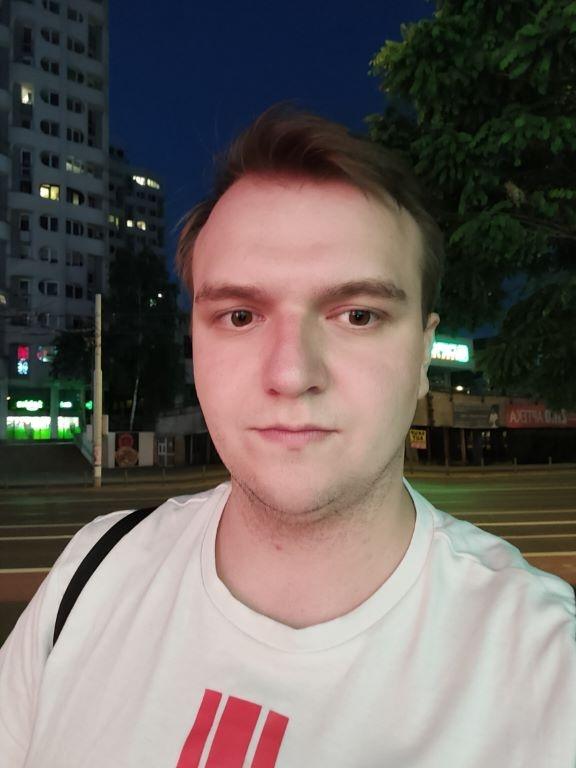 Selfie z efektem upiększania nocą
