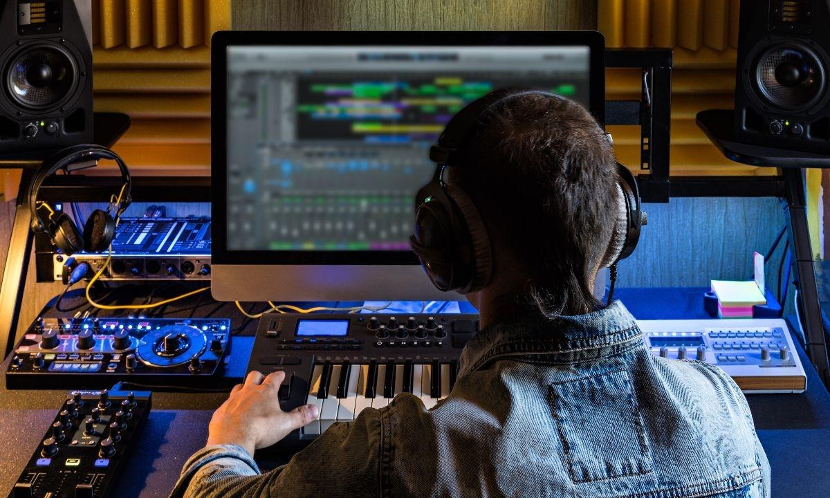 Zdjęcie z Adobe Stock, przedstawiające producenta muzycznego