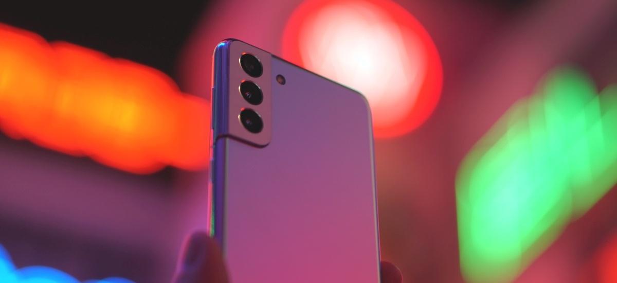 Samsung Galaxy S21+ zmienia styl wyspy aparatów