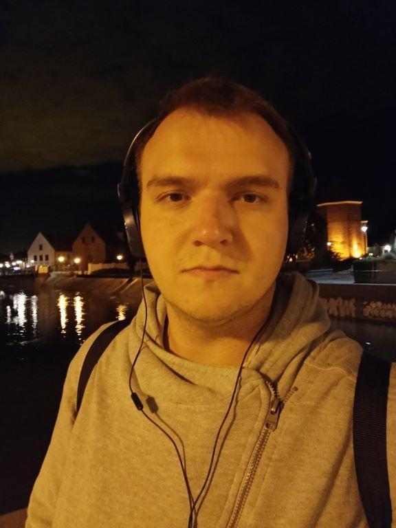 realme 7 - selfie zrobione nocą w słabym oświetleniu