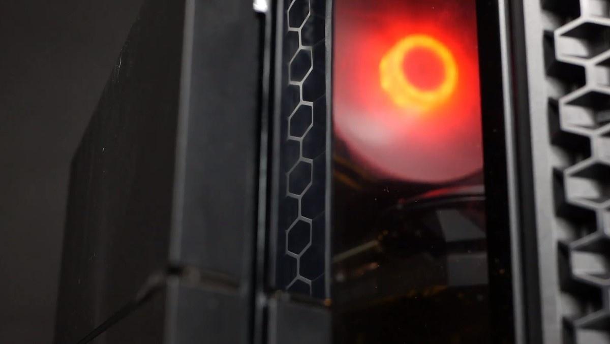 PS4 stojący koło komputera Actiny
