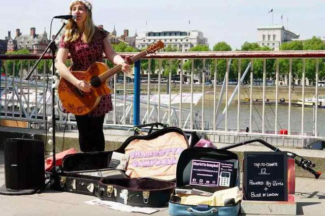 Charlotte Campbell podczas występu używa czytnika kart.