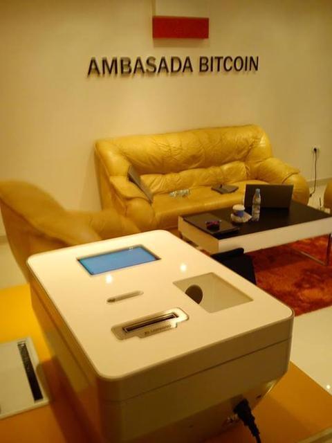 """Bitcoin na wyciągnięcie ręki - pierwszy """"bankomat"""" w Polsce"""