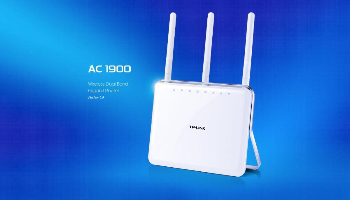 Router TP-Link Archer C9 na niebieskim tle