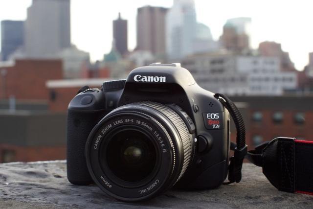 canon pozuje do zdjęcia