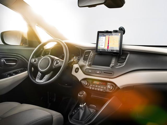 Solidność i stabilność w dobrej cenie - uchwyt samochodowy do tabletu firmy ART AX-01