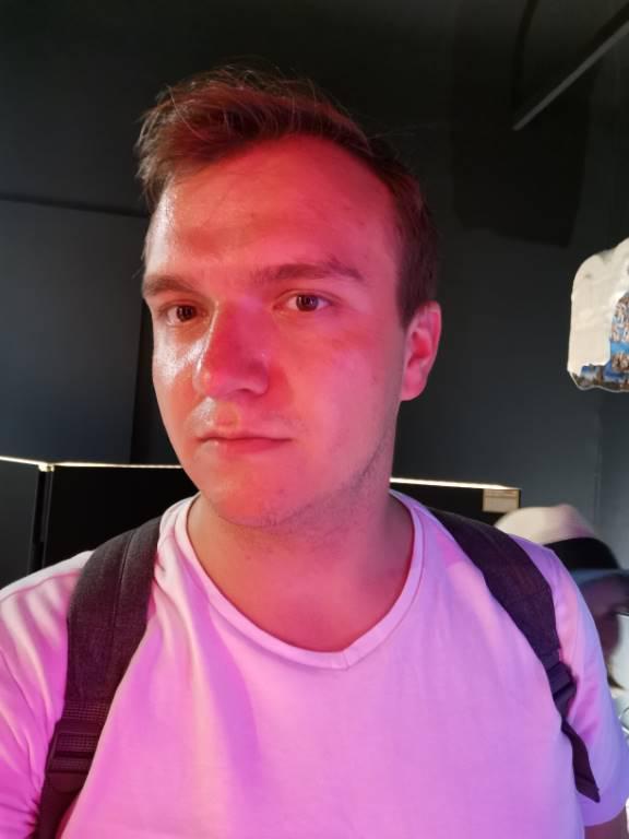Selfie nieco się rozmywa przy gorszym świetle - f/2, ISO 1250, 1/25s