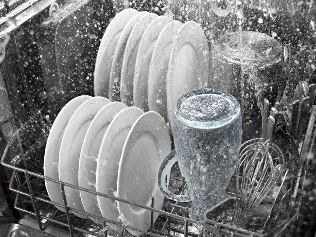 zmywanie naczyń w zmywarce