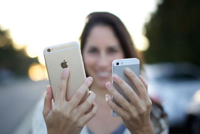 smartfon z dużym ekranem i z małym ekranem