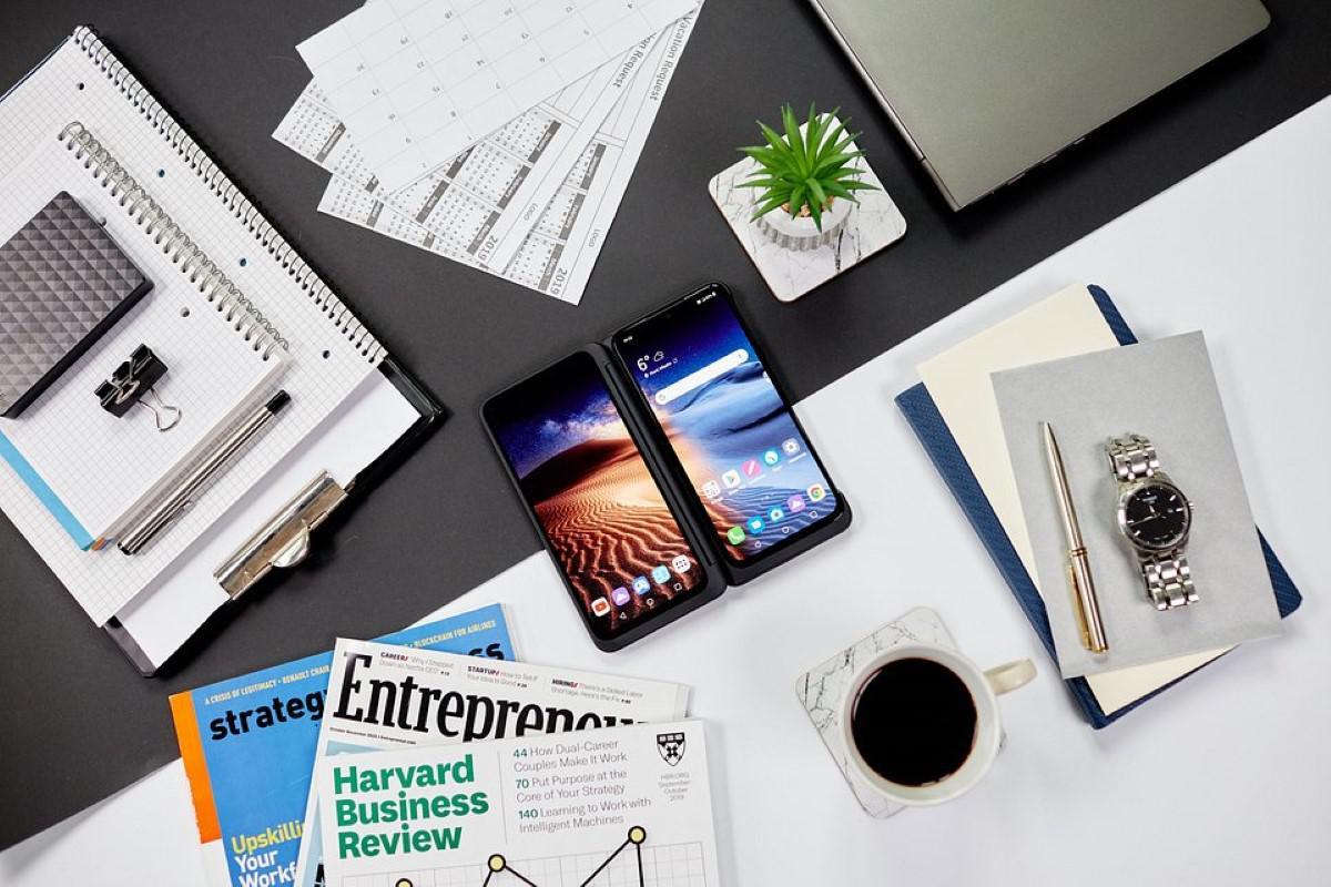 Smartfon LG G8X ThinQ na biurku