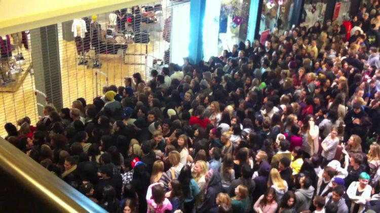 tłumy przed sklepem na black friday