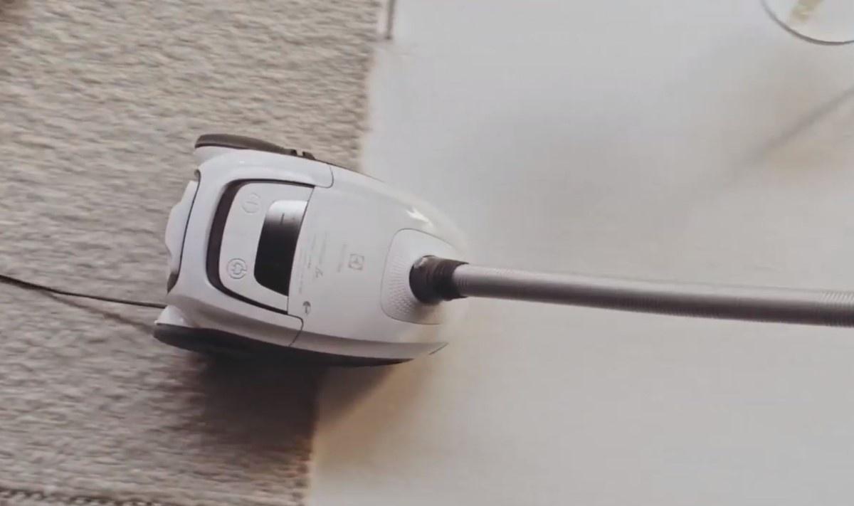 Cichy odkurzacz Electrolux w białym pomieszczeniu przy dywanie