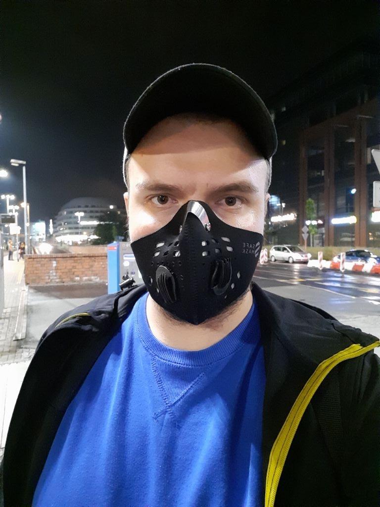 Selfie nocą ze sztucznym oświetleniem