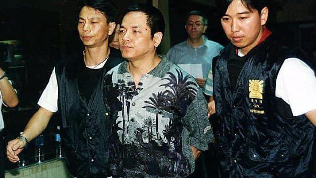 Wan Kuok-koi eskortowany do sądu przez policję Makau w 1998 roku.