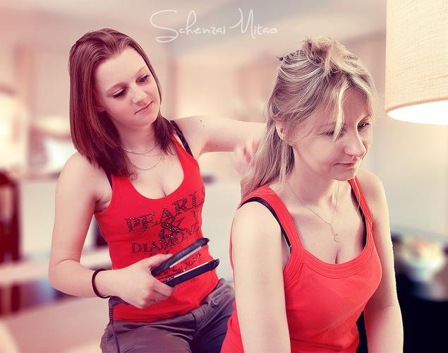 dwie dziewczyny - zabieg prostowania włosów