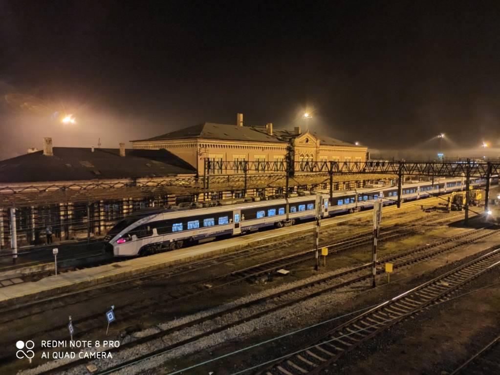 RN8 Pro - zdjęcie dworca w trybie nocnym