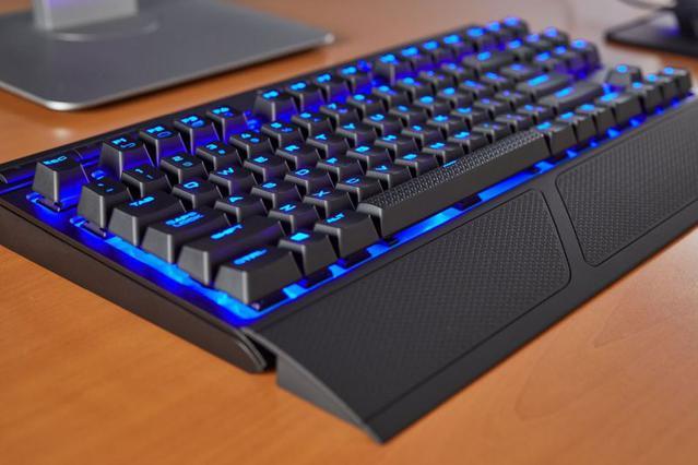 Klawiatura K63 jest bezprzewodowa, posiada niebieskie podświetlenie.