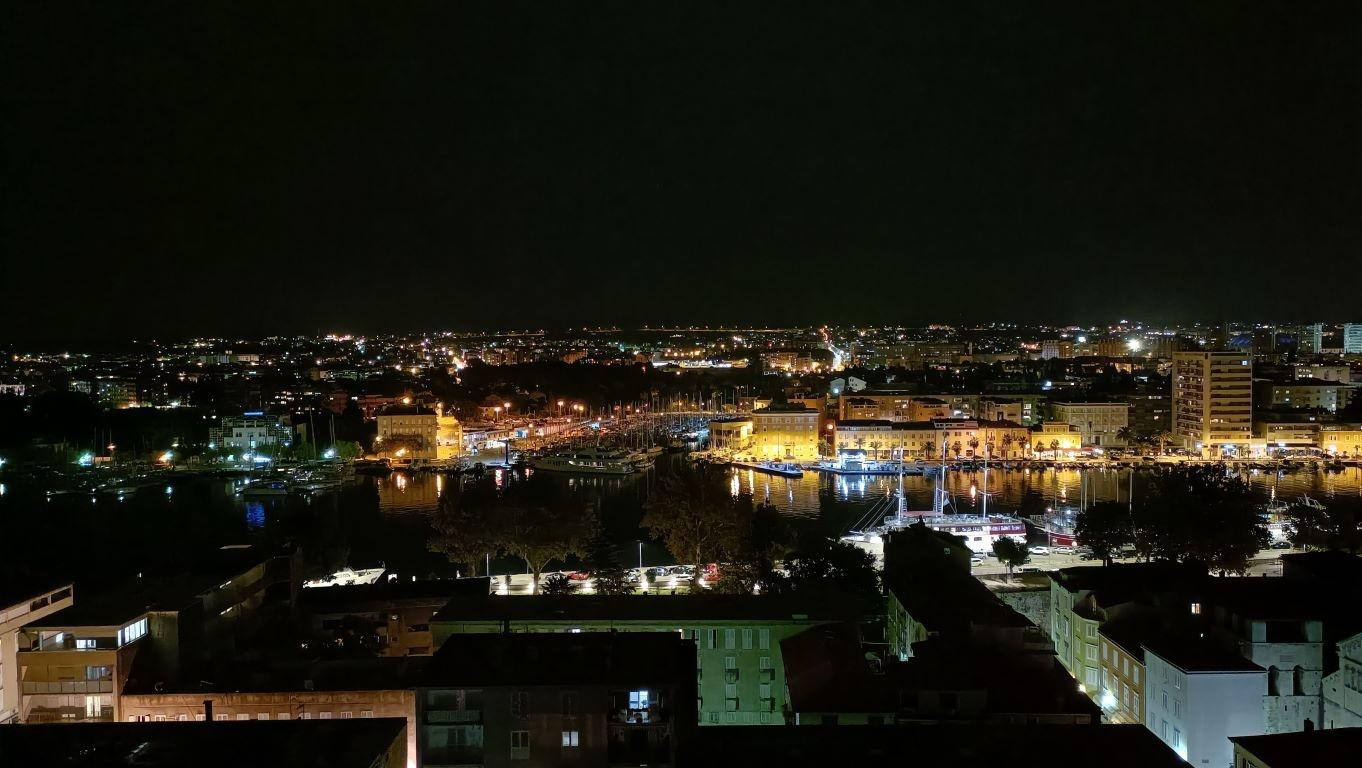 Tryb automatyczny nocą tworzy bliższe obrazowi oka fotografie