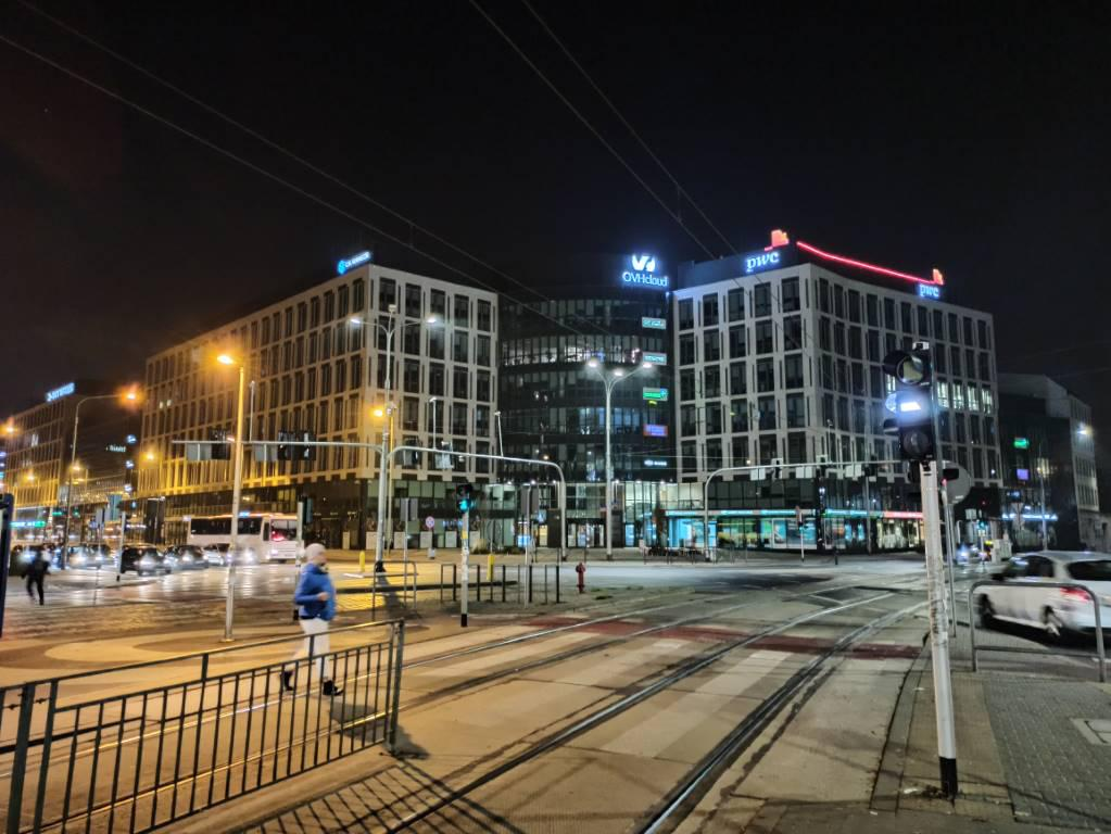 Redmi Note 8 Pro - biurowiec w trybie nocnym
