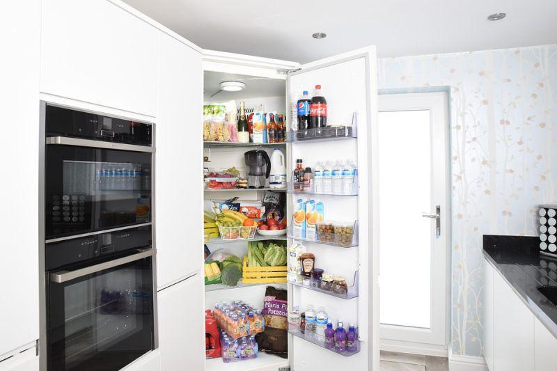 lodówka z jedzeniem w nowoczesnej kuchni