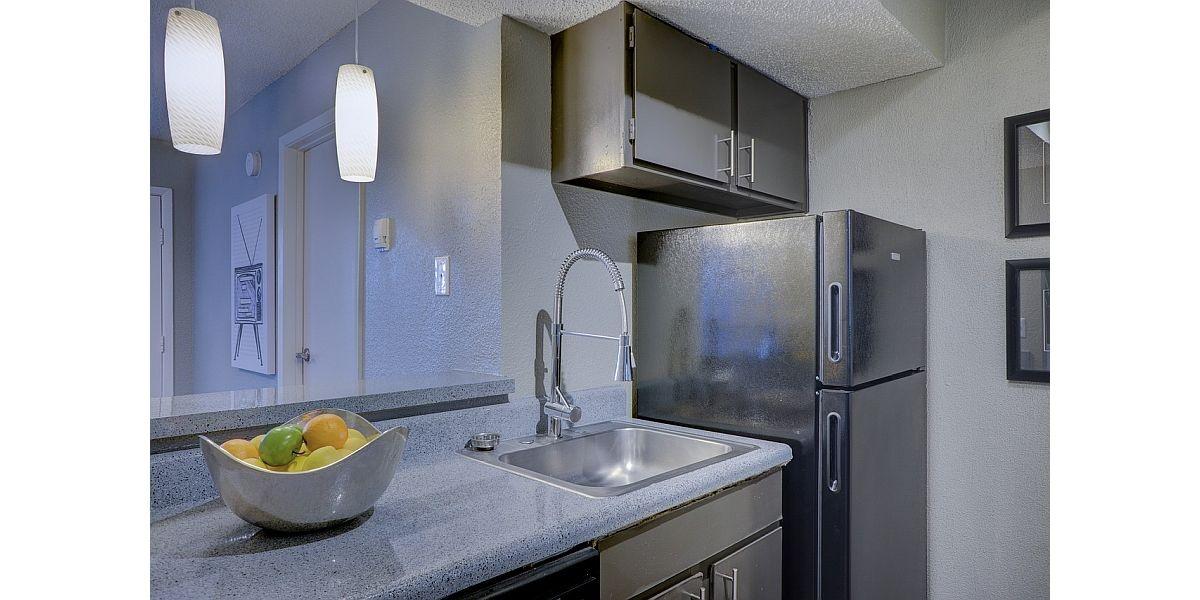 kuchnia z lodówką w srebrnym kolorze