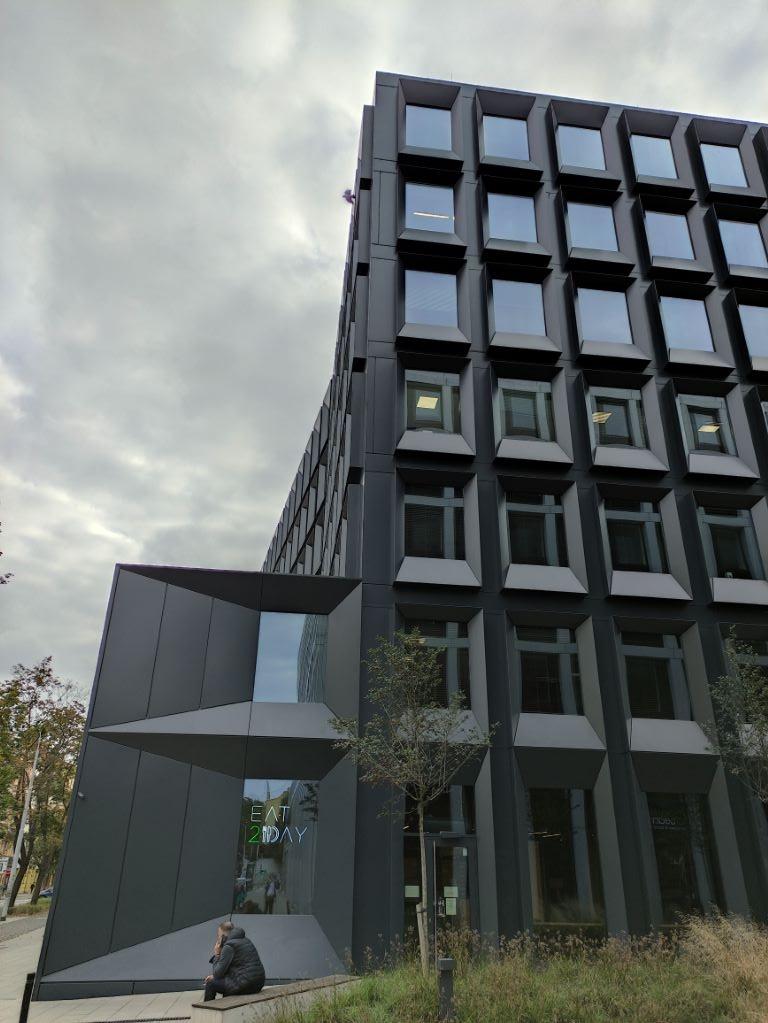 POCO X3 NFC - zdjęcie budynku z włączonym HDRem