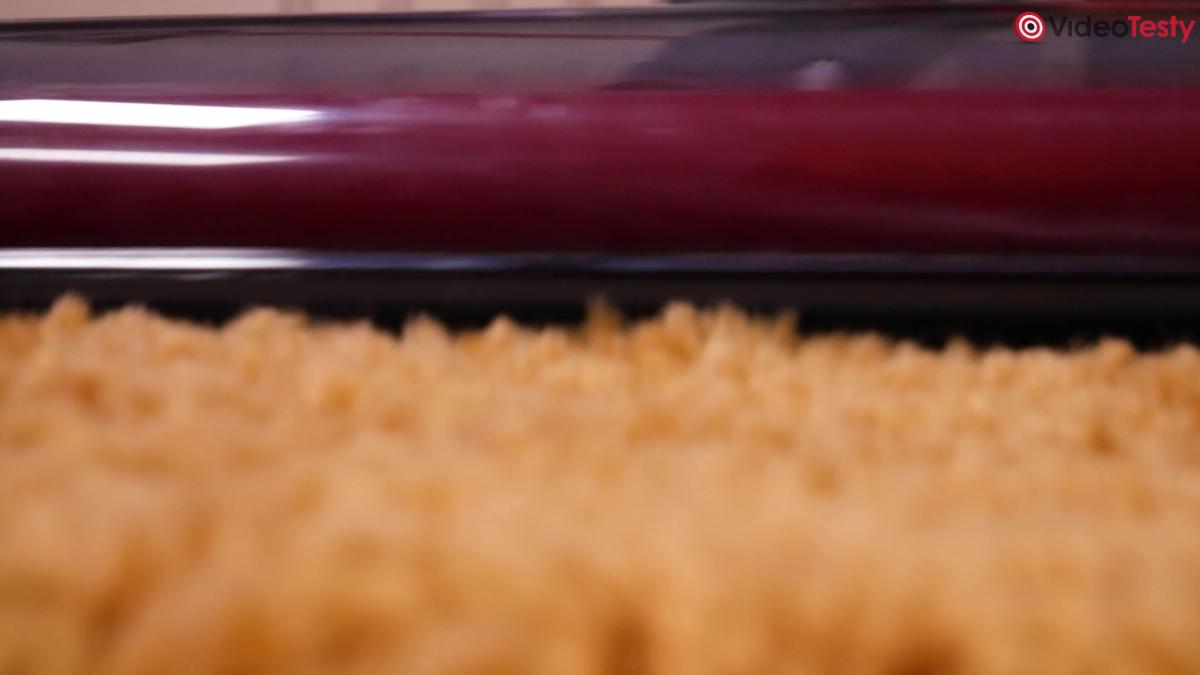 Zbliżenie na Roborock H7 na dywanie