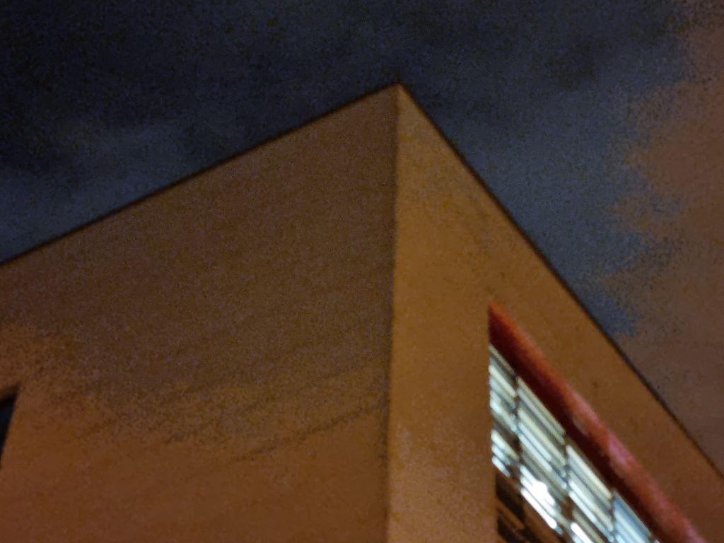 Obiektyw z hybrydowym zoomem w trybie auto nocą - powiększenie 3x
