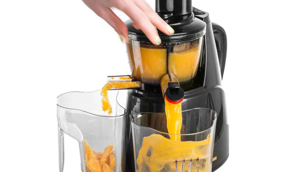 wyciskanie soku z pomarańczy w wyciskarce