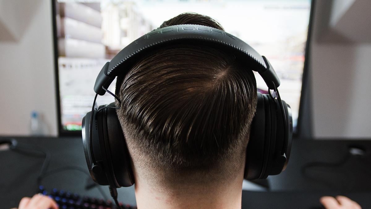 Słuchawki SPC Gear na łysiejącym mężczyźnie