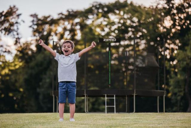 dziecko cieszące się z trampoliny zipro