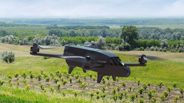 Dron podczas pracy w polu.