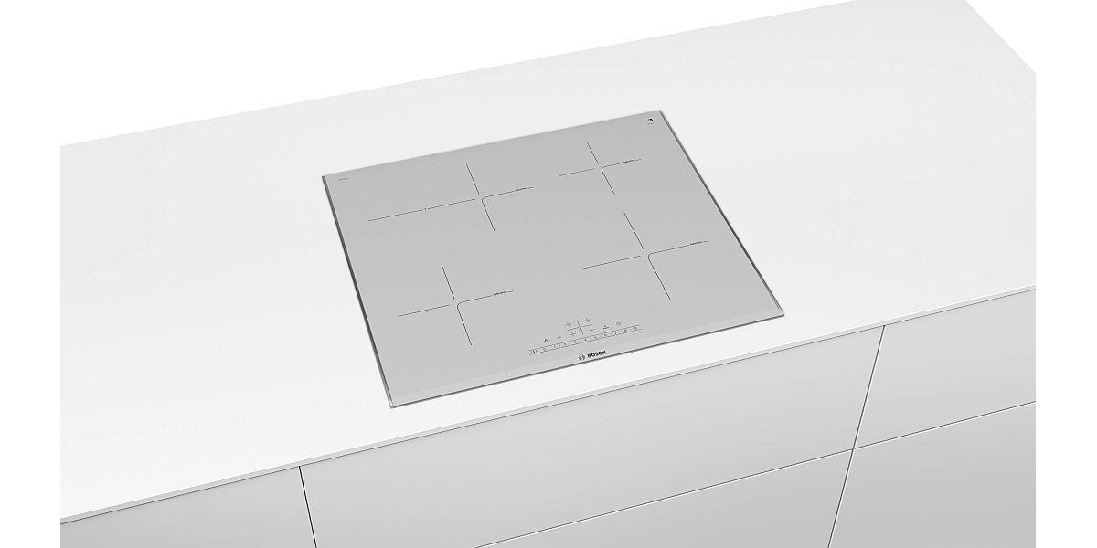 biała płyta indukcyjna w zabudowie kuchennej