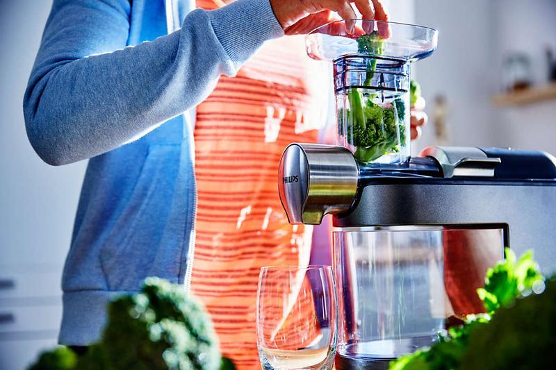 wrzucanie brokułów do wyciskarki wolnoobrotowej marki Philips