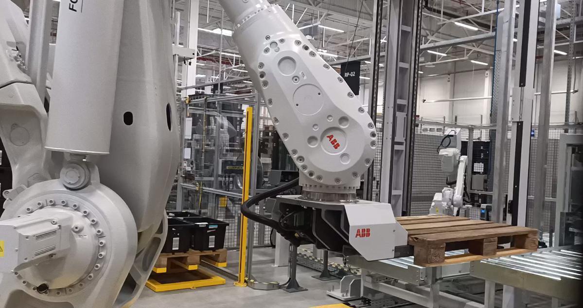 Robot Amazona sprawnie przeniesie paletę, ale o jej zawartość zadba człowiek